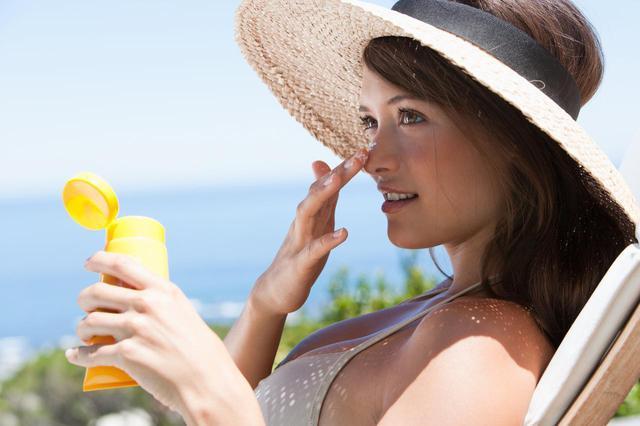 画像: 顔に塗る日焼け止めの量は?