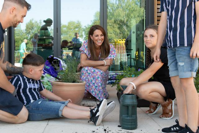 画像1: キャサリン妃が子どもホスピスの庭づくりを手伝う