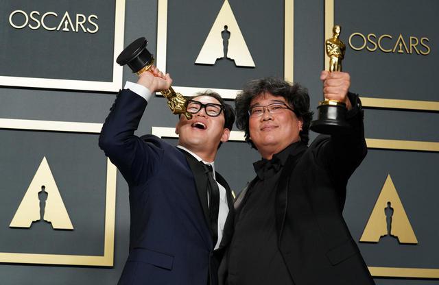 画像: 映画『パラサイト 半地下の家族』のポン・ジュノ監督(右)。