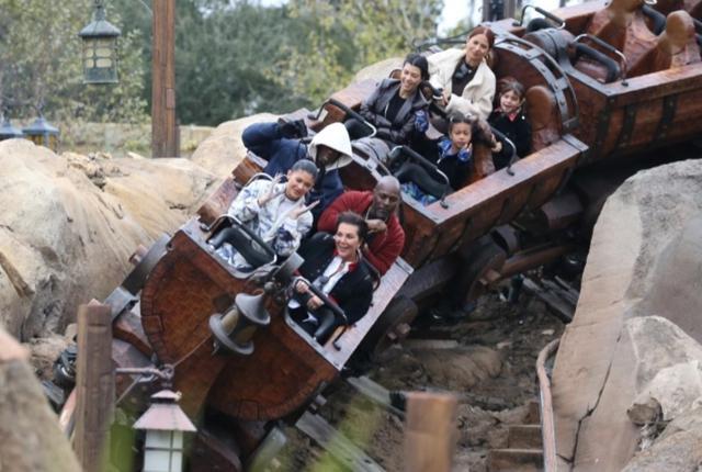 画像: カイリー・ジェンナーは母のクリス・ジェンナーや恋人のトラヴィス・スコット、姉のコートニー・カーダシアンと娘のペネロぺ、キム・カーダシアン&カニエ・ウェスト夫妻の長女ノースちゃんらと一緒に。