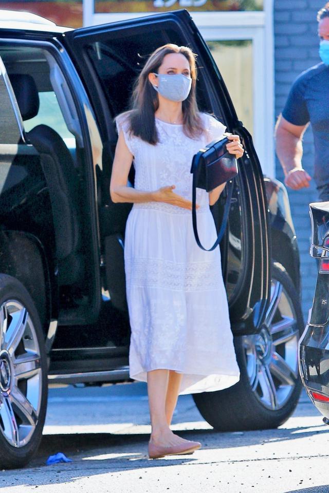 画像: マスクにより顔の下半分が隠れていても、美人オーラが伝わってくるアンジェリーナ。 twitter.com