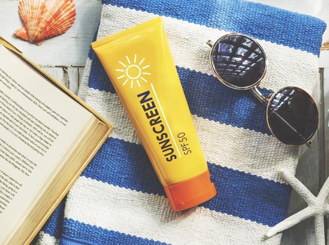 画像: SPF30以上の日焼け止めを欠かさずに塗る