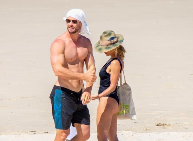 画像: 4月、妻で『ワイルド・スピード』シリーズの俳優エルサ・パタキーとともに新型コロナウイルスで休校となっていた自身の子供たちを連れてバイロンベイのビーチに出かけたクリス。