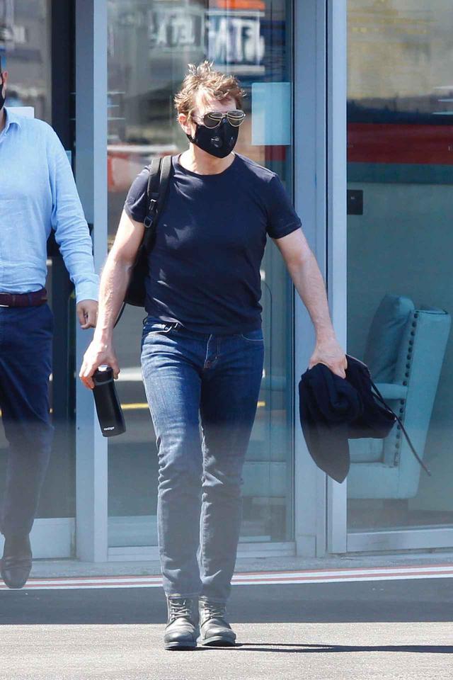 画像: イギリスに到着した際のトム。黒のマスクをして感染予防対策もばっちり。