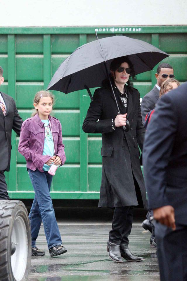 画像: 父マイケル・ジャクソンと幼少期のパリス・ジャクソン。