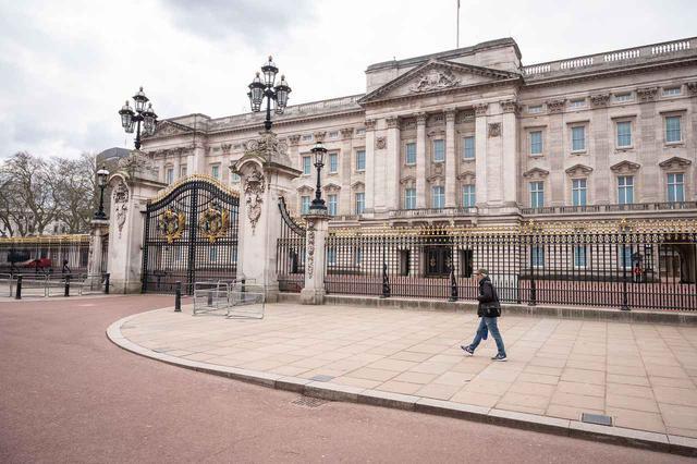 画像: ロックダウン中のバッキンガム宮殿の様子。(2020年4月1日にロンドンで撮影)