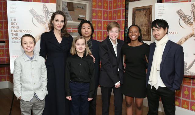 画像: 左から:四男のノックス(11)、アンジェリーナ、四女ヴィヴィアン(11)、次男パックス(16)、次女シャイロ(14)、長女ザハラ(15)、長男マドックス(18)。