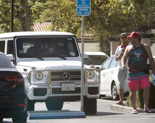 画像: 車に乗っているブリトニー・スピアーズに近づくブレア。