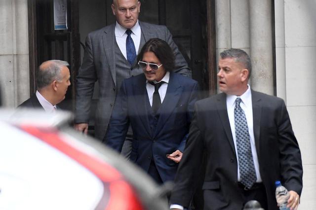 画像: 最高法院から出てきたジョニー・デップ。