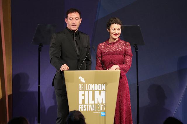 画像: ルシウス・マルフォイを演じたジェイソン・アイザックスと、ナルシッサ・マルフォイを演じたヘレン・マックロリー。
