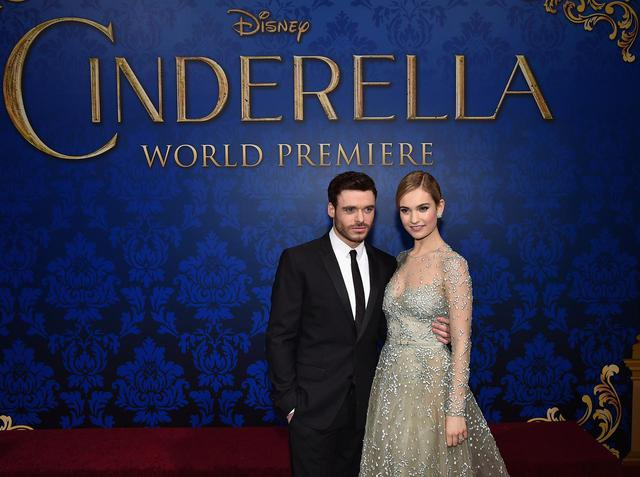 画像: 映画『シンデレラ』のプレミアでキット王子を演じた俳優のリチャード・マデンと。