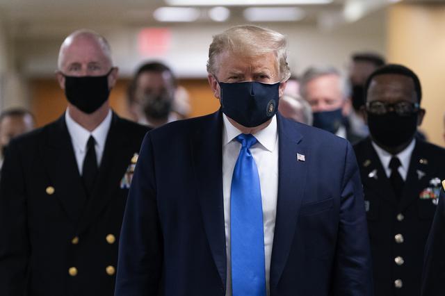 画像: ウォルター・リード軍病院を訪問したトランプ大統領。