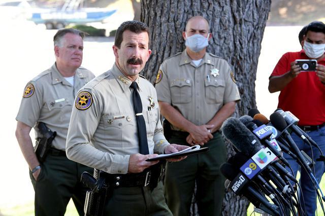 画像: 事故が発生したピルー湖のほとりで会見を行なうベンチュラ郡警察のビル・アユーブ保安官。