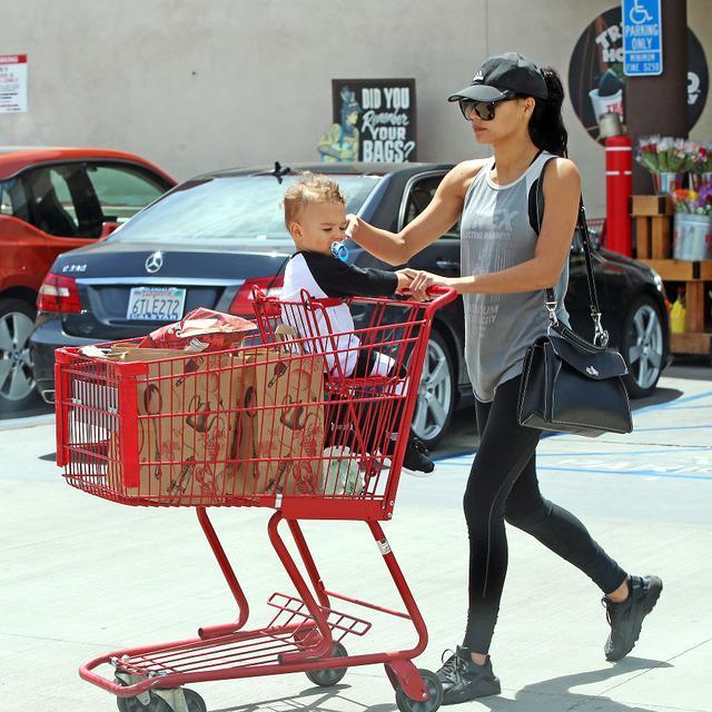 画像: 2017年、まだ赤ちゃんだったジョージ―君を連れてスーパーに買い出しに出かけたナヤ。