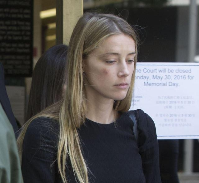 画像: 2016年5月27日にロサンゼルスの裁判所前で撮られたアンバーの写真。
