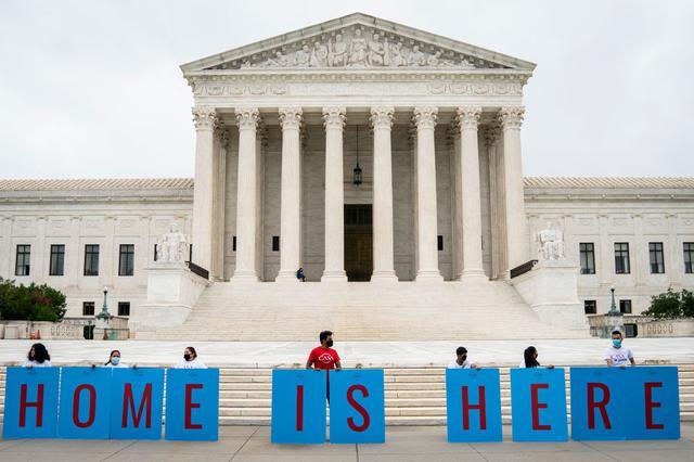 画像: DACAは「Deferred Action for Childhood Arrivals(幼少期に米国に到着した移民への延期措置)の略称。写真は2020年6月中旬、ワシントンにある 米連邦最高裁前でDACA撤廃反対を訴えるDACA支持者たち。