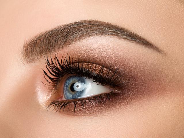 画像: 眉の上と下:目元をリフトアップ
