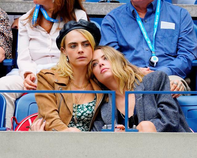 画像: 元恋人のアシュレイ・ベンソンと2019年のUSオープンの試合を観戦したカーラ。