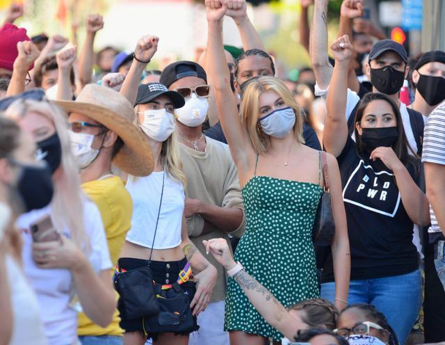 画像4: カーラ・デルヴィーニュとカイア・ガーバーが人種差別抗議デモに参加