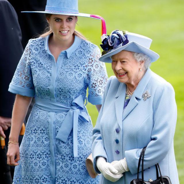 画像: ベアトリス王女と祖母のエリザベス女王。