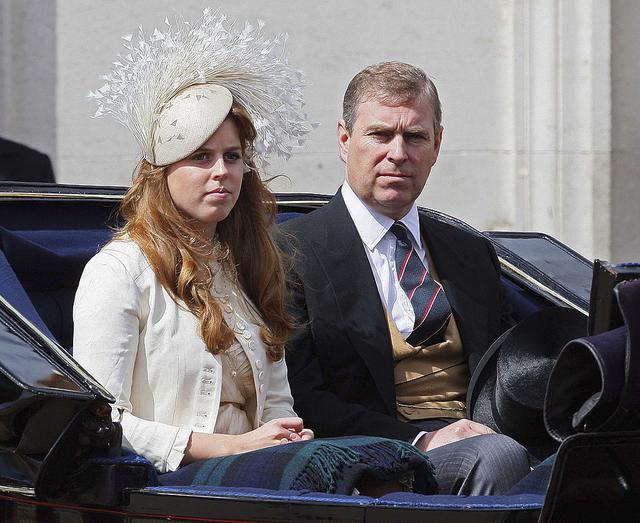 画像: ベアトリス王女と父アンドルー王子。