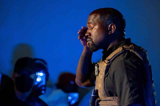 画像: スピーチの最中に涙を拭うカニエ。