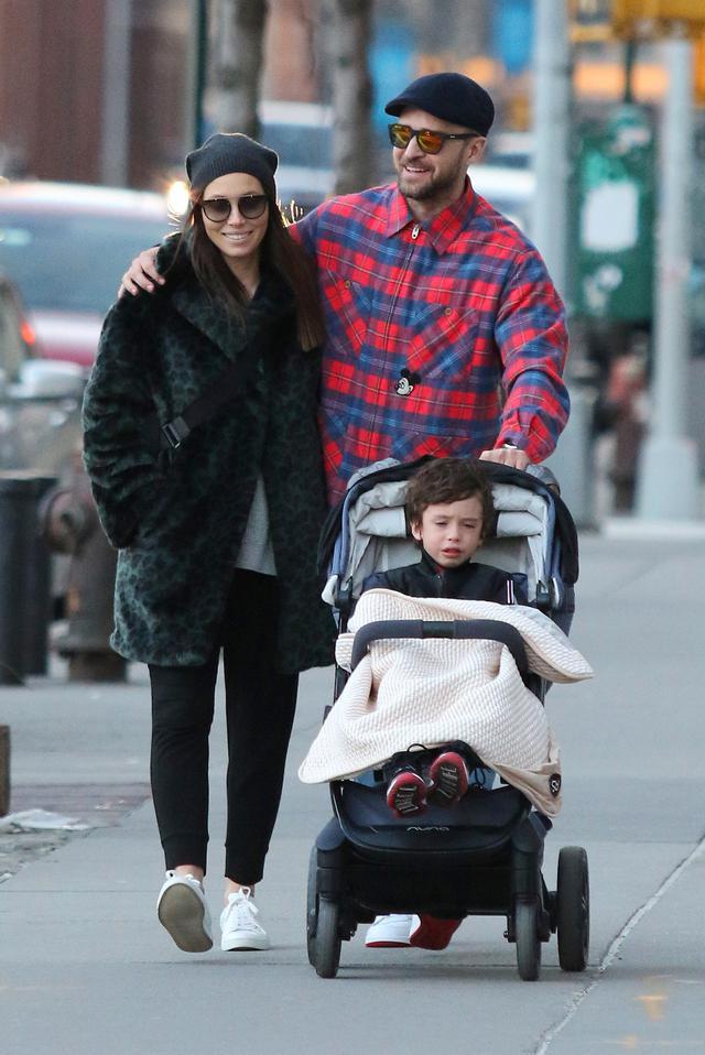 画像: 今年2月に一緒に出かけているところを撮影されたジェシカとジャスティン、サイラス君。