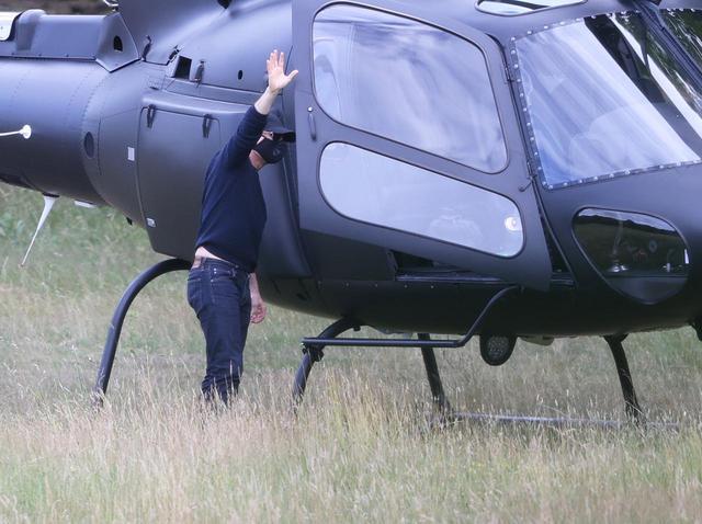 画像1: トム・クルーズがヘリコプターで突然現れる