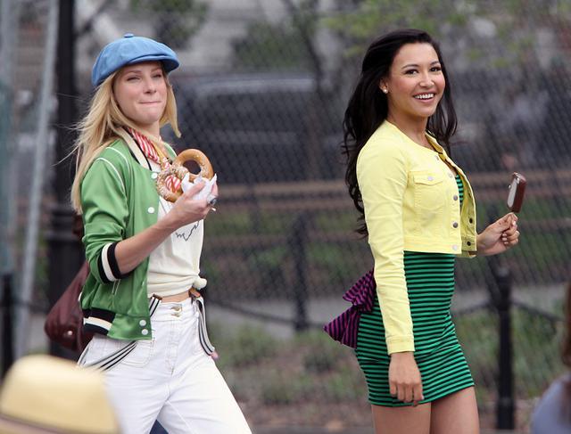 画像: 2011年、ニューヨークのワシントン・スクエア・パークで『グリー』のワンシーンを撮影するヘザーとナヤ。