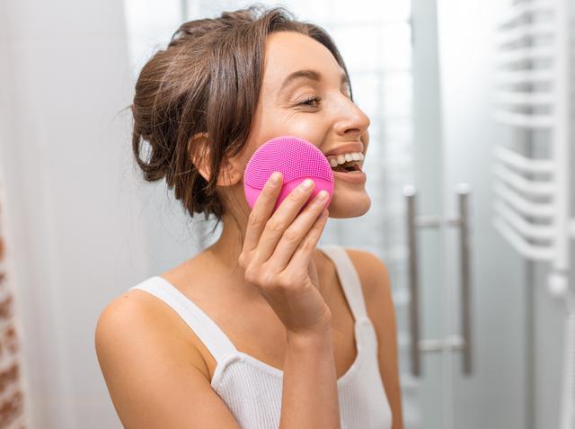 画像: 美肌のプロが電動洗顔ブラシを愛用するワケ
