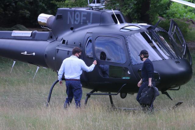 画像2: トム・クルーズがヘリコプターで突然現れる