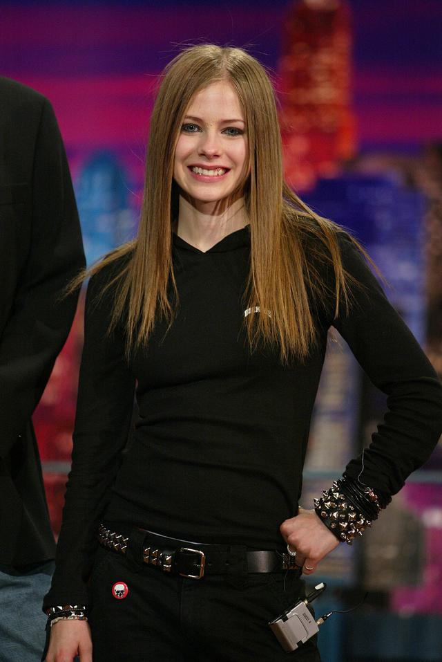 画像: 2002年、米トーク番組『The Tonight Show(ザ・トゥナイト・ショー)』に出演したアヴリル。