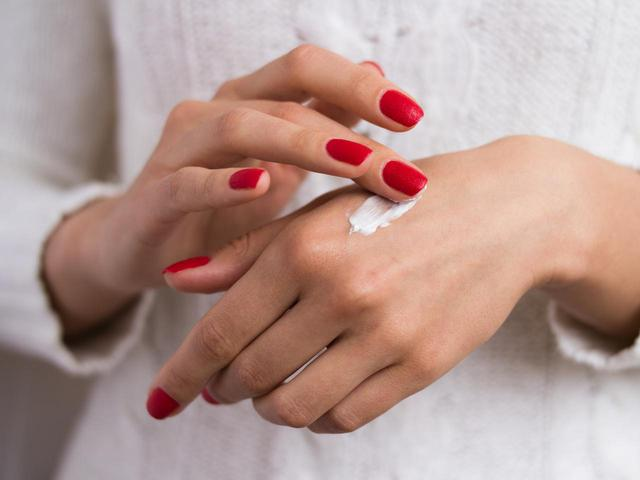 画像: 日焼けしやすいパーツ②:手の甲