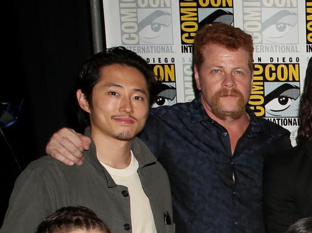 画像: グレン役のスティーヴン・ユァン(左)とエイブラハム役のマイケル・カドリッツ(右)