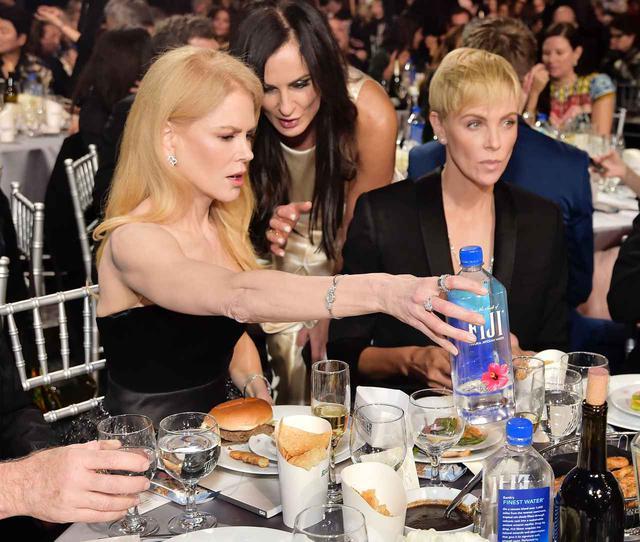 画像: 映画アワードに出席する大御所俳優のニコール・キッドマンとシャーリーズ・セロン。そのテーブルにもフィジーウォーター