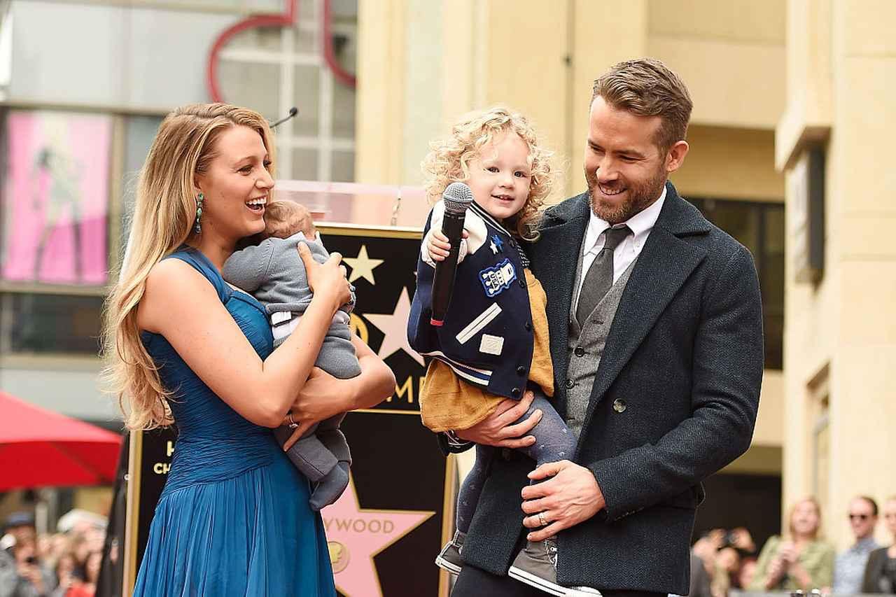 画像: 2016年、長女ジェームズちゃんと次女イネスちゃんを連れて、ライアンのハリウッドの殿堂入りを記念する星形プレートの授与式に参加した夫妻。