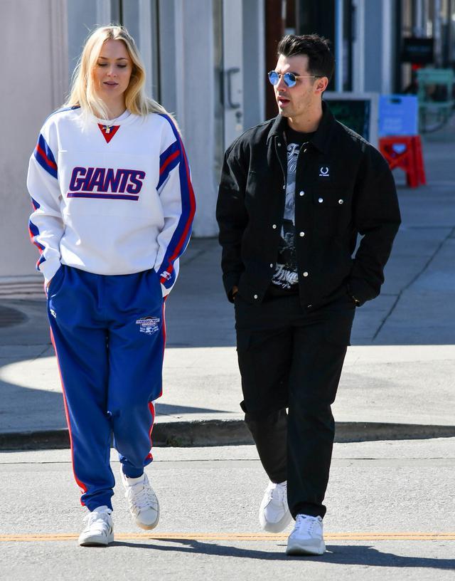 画像: 3月、お腹を目立たなくするためか、ゆったりとした服装で出かけるソフィーとジョー。