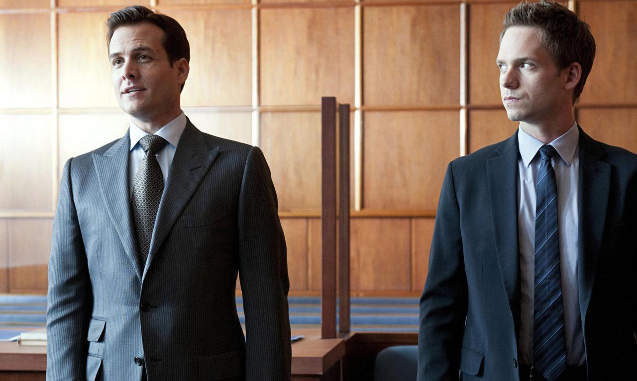 画像: ハーヴィー役のガブリエル・マクト(左)とマイク役のパトリック・J・アダムス(右)。 日本版ではハーヴィーの役を俳優の織田裕二、ハーヴィーとコンビを組むことになるマイクの役を人気アイドルグループHey! Say! JUMPの中島裕翔が演じている。 Photo:©︎UNIVERSAL CABLE PRODUCTIONS / Album/Newscom