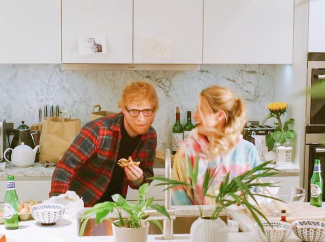 画像: エド・シーラン、「幼なじみ婚」の妻とミュージックビデオで夫婦初共演 - フロントロウ -海外セレブ情報を発信