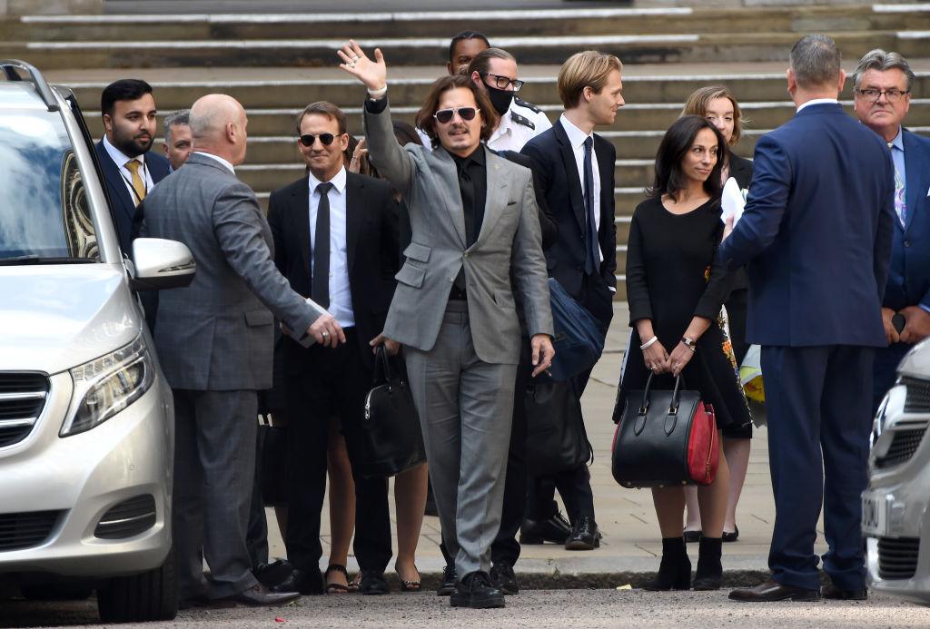 画像2: 集まった群衆に向けてアンバーが演説&ジョニーは笑顔