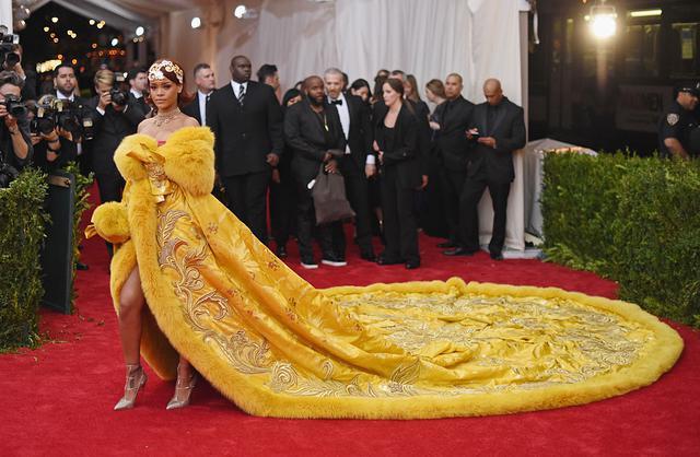 画像: メットガラの歴史に残る、リアーナの「ド派手衣装」