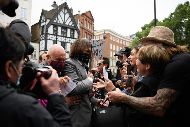 画像: 7月16日、高等法院前で集まった大勢のファンに囲まれるジョニー・デップ。