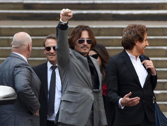 画像: 7月28日、ファンからの声援に拳をあげてこたえるジョニー・デップ。