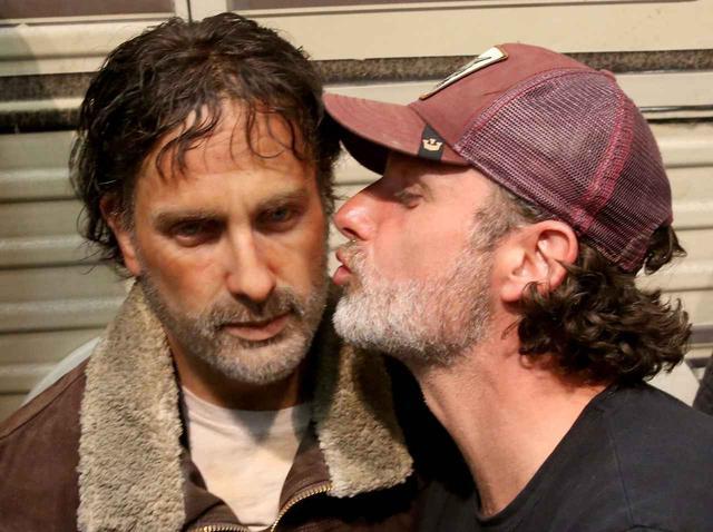 画像: 2016年のコミコンで、リックの蠟人形にキスをしようとするアンドリュー・リンカーン。