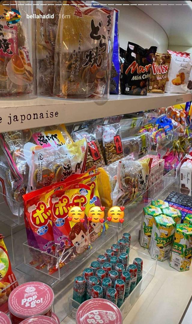 画像: パリコレの最中に日本のお菓子を買いに行ったベラ。