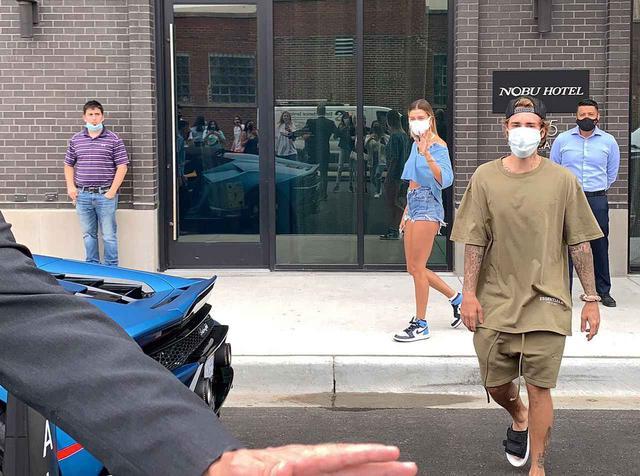 画像: Nobu Hotelから出てくるジャスティンとヘイリー。