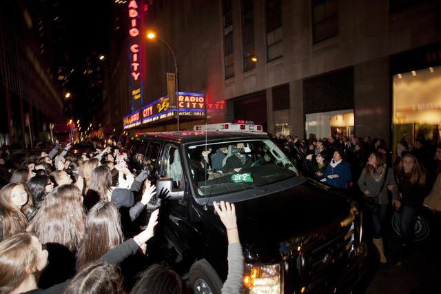 画像: 2012年、NYでのパフォーマンス会場を後にしようとする1Dメンバーの車両。