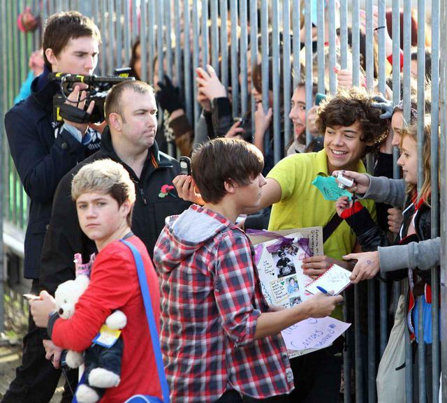 画像: ファイナルエピソード放送当日に会場外でファン対応するハリー、ルイ、ナイル。