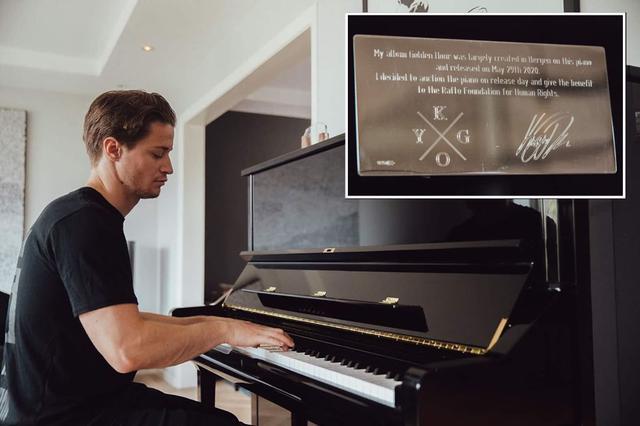 画像: ピアノにはカイゴのロゴやメッセージが入ったプレートが記念につけられた。