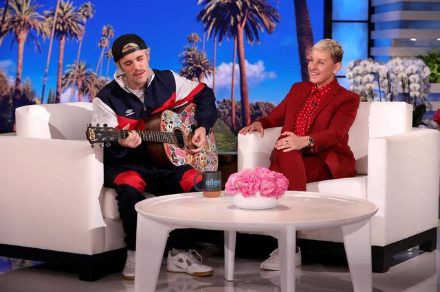 画像: 『エレンの部屋』より、ゲストのジャスティン・ビーバー(左)と番組司会者のエレン・デジェネレス(右)。